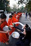 Thaïlande, Chiang Mai, les moines reçoivent des offrandes de nourriture