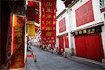 Panneaux rouge rue étroite à Macao