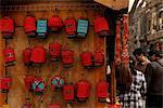 Lanternes rouges accroché à côté de la boutique