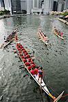 Bateaux dragon flottant vers le bas de Boat Quay, Singapour