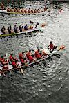 Trois bateaux dragon s'apprête à courir