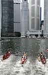 Bateaux-dragons de course par le biais de Boat Quay, Singapour