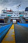 Passagers d'embarquer l'Alaska Marine Highway M/V Columbia Ferry à Wrangell sur une journée nuageuse, sud-est de l'Alaska, l'été