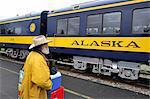 Whistle Stop Fahrgast wartet, den Hurrikan biegen Sie an der Station in Talkeetna an einem bedeckten Tag, South Central Alaska, Sommer Zug