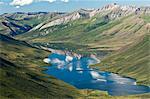 Vue aérienne du ciel bleu, reflétant dans les eaux claires du lac sauvage, au nord de Bettles, Arctique de l'Alaska, l'été