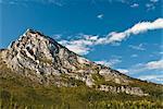 Massive Granitfelsen ragen aus dem Alatna River in Toren über den Arctic National Park & Park, Brooks Range, Arktische Alaska, Herbst