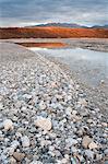 Faible angle vue du coucher de soleil sur les rives de la rivière Noatak dans les portes de l'automne Arctique Parc National Preserve &, Arctique de l'Alaska,