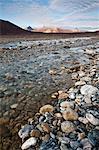 Vue d'angle faible d'un ruisseau peu profond près de la rivière Noatak dans les portes de l'automne Arctique Parc National Preserve &, Arctique de l'Alaska,