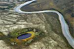 Vue aérienne d'un ruisseau serpentant dans les contreforts de la chaîne de Brooks, portes de l'automne Arctique Parc National Preserve &, Arctique de l'Alaska,