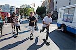 Planches à roulettes sur une rue urbaine