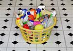 Produits de nettoyage dans le panier à linge
