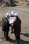 Architekt Sitzung mit den Ingenieuren auf Baustelle diskutieren Blaupausen