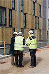 Entrepreneur en construction et des architectes dans la discussion sur chantier