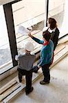 Eigenschaft-Entwickler und Business-Leute Blick durchs Fenster