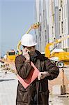 Bauunternehmer mit Handy, mal überprüfen