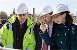 Bauunternehmer und Geschäftsleute in Diskussion
