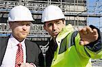 Gespräch mit Geschäftsmann auf Baustelle Bauunternehmer
