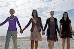 Gruppe von Menschen Hand in Hand, Wandern am Strand