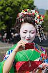 Maiko prendre des photos, Arashiyama, Kyoto, préfecture de Kyōto, Kansai, Honshu, Japon