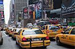 Gelben Taxis geleitet südlich in Richtung Times Square in New York City, New York, USA