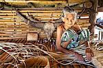 Femme tissant Palm Frond Mat, Sumba (Indonésie)