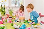 Mädchen und jungen Schneidtisch Kuchen Ostern