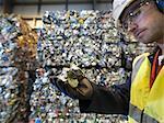 Travailleur en usine de recyclage Holding peut