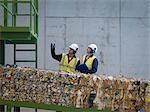 Travailleurs dans l'usine de recyclage