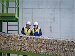 Travailleurs en inspectant les ballots de boîtes de conserve
