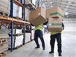 Männer kämpfen mit Boxen im Warehouse