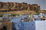 Le Fort de Mehrangarh sur le sommet d'une colline qui surplombe les maisons bleues de Jodhpur, Rajasthan, Inde, Asie