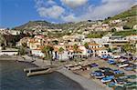 Bateaux dans le port de petite côte sud de l'Europe de Camara de Lobos, Madère (Portugal), l'Atlantique, de la pêche