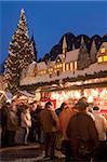Marché de Noël avec décrochage décoré, les personnes et les arbres de Noël au crépuscule, place Markt, Annaberg-Bucholz, Saxe, Allemagne, Europe