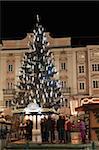 Arbre de Noël, bâtiment Baroque et étals sur le marché de Noël, Hauptplatz Linz Oberosterreich (Haute-Autriche), Autriche, Europe