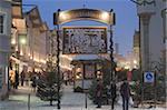 Entrée principale au Christkindlmarkt (marché de Noël), Marktstrasse au crépuscule, Bad Tolz spa town, Bavière, Allemagne, Europe