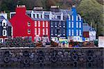 Brillamment coloré abrite au pêche port de Tobermory, Isle of Mull, Hébrides intérieures en Écosse, Royaume-Uni, Europe