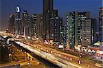 Vue élevée sur les gratte-ciels modernes le long de la route Sheikh Zayed, regardant vers le Moyen-Orient Burj Kalifa, Dubai, Émirats Arabes Unis,