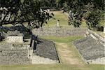 N ° 9 sur la gauche de la structure et le jeu de balle sur la droite, le parc archéologique de Copan, patrimoine mondial de l'UNESCO, Copan, au Honduras, Amérique centrale