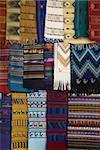 Tissus faits à la main en vente dans le marché, Panajachel, lac Atitlan, au Guatemala, l'Amérique centrale