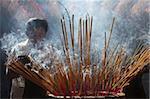 Brûler de l'encens au cours de la Têt, les Vietnamiens lunaires nouvelle célébration de l'année, Quan Am Pagoda, Ho Chi Minh ville, Vietnam, Indochine, Asie du sud-est, Asie