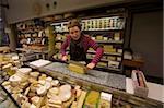 Une boutique de fromage sur le marché de Besançon, Doubs, Franche-Comté, France, Europe