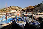 Petits bateaux dans le port de l'île d'Hydra, îles grecques, Grèce, Europe