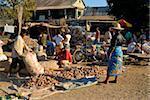 Leute essen auf einer Straße, Madagaskar, Afrika zu verkaufen