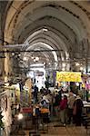 Sur le marché dans une ruelle couverte en arabe du secteur, la vieille ville, Jérusalem, Israël, Moyen-Orient