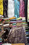 Marchand de tissu dans sa boutique, Oujda, Oriental région, Maghreb, Maroc