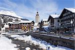 Hotel Krone, rivière et village église, Lech près de St. Anton am Arlberg en hiver neige, Alpes autrichiennes, Autriche, Europe