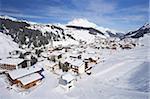 Vue de Lech de la Rufibahn dans la neige d'hiver près de St. Anton am Arlberg, Alpes autrichiennes, Autriche, Europe