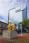 Statue de Boulton, Watt et Murdoch, surnommé The Golden Boys ou les vendeurs de tapis par William Bloye, à l'hôtel Hyatt de la place du centenaire, Birmingham city centre, West Midlands, Angleterre, Royaume-Uni, Europe