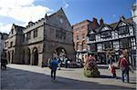 Vieux marché couvert et la place au soleil de l'été, Shrewsbury, Shropshire, Angleterre, Royaume-Uni, Europe