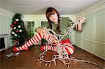 Junge Frau in einem kleinen Raum mit Weihnachtsbeleuchtung